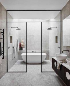 Bad met zwarte glazen kader