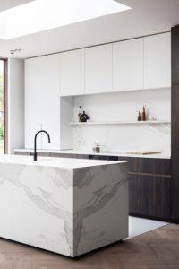 Marmer eiland witte keuken