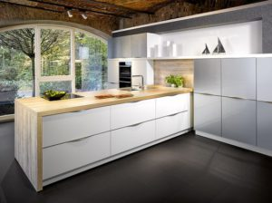 Moderne witte keuken met houte middenblok