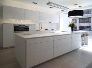 Strakke witte greeploze keuken