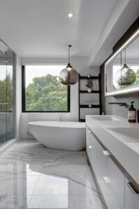Zwart witte badkamer in steen afgewerkt